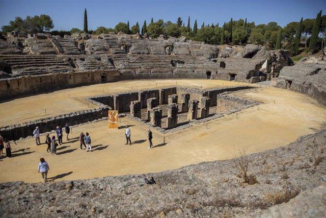 Archivo - Visitantes en el Conjunto Arqueológico de Itálica