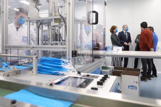 El alcalde de Zaragoza, Jorge Azcón, y la consejera municipal de Economía, Innovación y Empleo en el Ayuntamiento, Carmen Herrarte, han visitado la planta de Making Mask