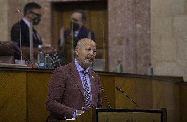 El consejero de Educación y Deportes, Javier Imbroda, durante su intervención, en la primera jornada del Pleno del Parlamento, este miércoles