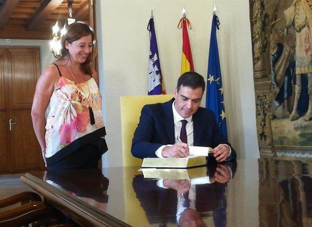 Archivo - Pedro Sánchez, con Francina Armengol, en una visita del presidente del Gobierno a Baleares.