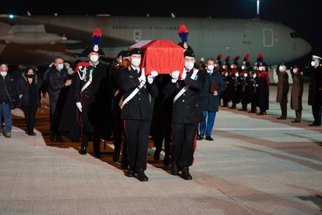 HANDOUT - 23 February 2021, Italy, Rome: Carabinieri officers carry the coffins with the bodies of the Italian ambassador in the Congo, Luca Attanasio, and the Carabiniere, Vittorio Iacovacci, after arriving at the military airport of Ciampino. The Italia