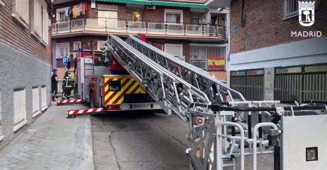 Dos intoxicados leves en el incendio del espacio bajo cubierta con trasteros de un edificio en Carabanchel