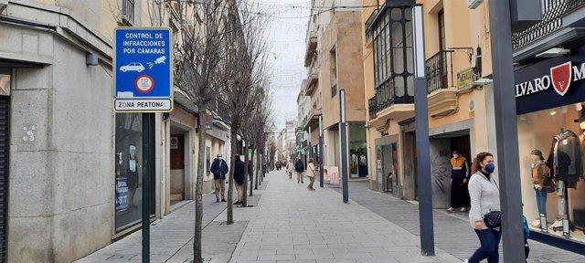 Imagen de la calle Menacho con tiendas abiertas por la mañana