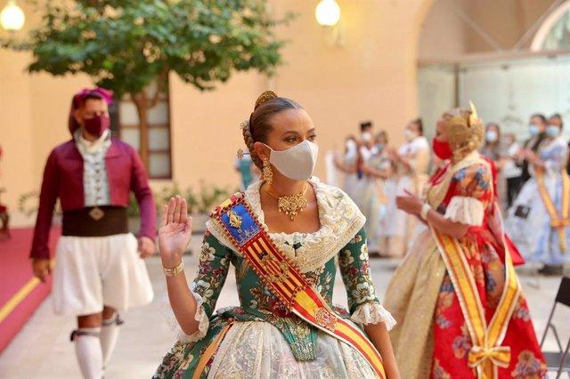 Archivo - La Fallera Mayor de València, Consuelo Llobell, con mascarilla en la entrega de premios de las Fallas 2020