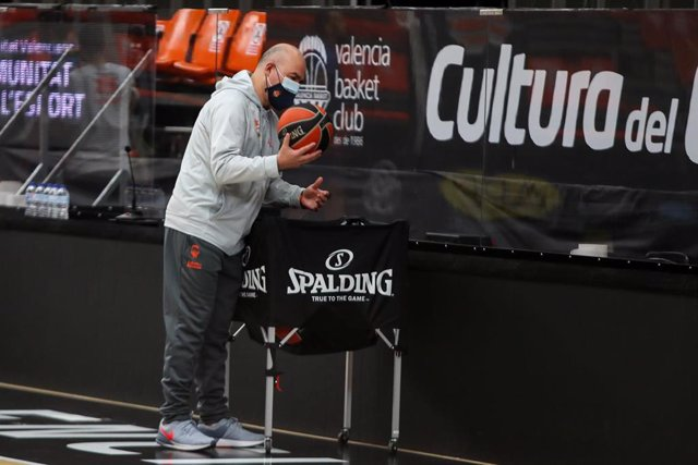 Jaume Ponsarnau durante un entrenamiento del Valencia Basket