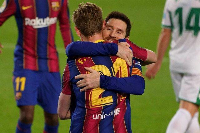 Leo Messi se abraza con Frenkie de Jong tras el 2-0 ante el Elche