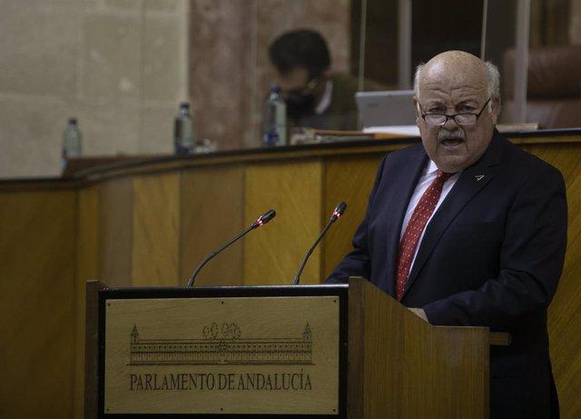 El consejero andaluz de Salud y Familias, Jesús Aguirre, este miércoles en el Pleno del Parlamento.