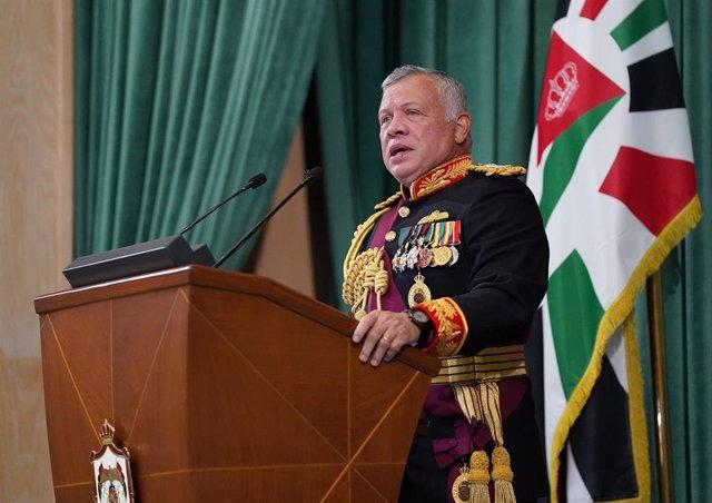 Archivo - El rey de Jordania, Abdullá II da un discurso durante la inaguración de la sesión parlamentaria el pasado diciembre.
