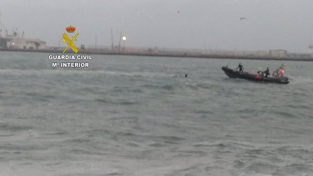 Dispositivo de búsqueda de una persona caída al mar en Melilla