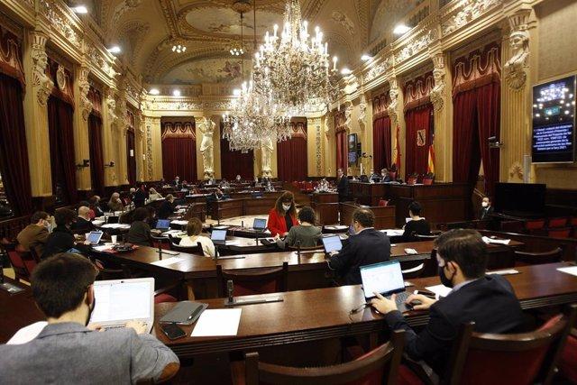 Archivo - El Parlament balear.