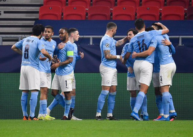 24 February 2021, Hungary, Budapest: Manchester City's Bernardo Silva (4th R) celebrates scoring his side's first goal with team mates during the UEFAChampions League round of 16, first leg soccer match between Borussia Moenchengladbach and Manchester Ci
