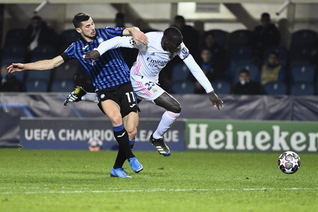 24 February 2021, Italy, Bergamo: Atalanta's Remo Freuler (L) and Real Madrid's Ferland Mendy battle for the ball during the UEFAChampions League round of 16 first leg soccer match between Real Madrid and Atalanta BC at Gewiss Stadium. Photo: Marco Alpoz