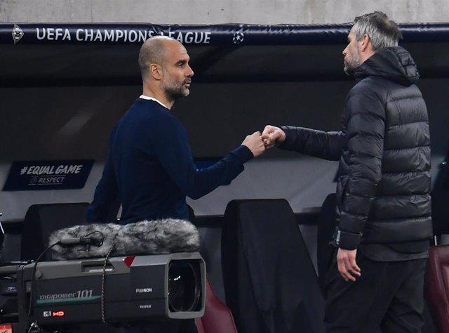 Pep Guardiola se saluda con Marco Rose tras el Borussia Moenchenglanbach-Manchester City