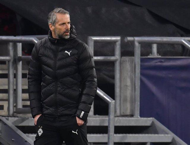 Marco Rose sigue las evoluciones de su equipo durante el Borussia Moenchengladbch-Manchester City de la ida de octavos de la Liga de Campeones 2020-2021