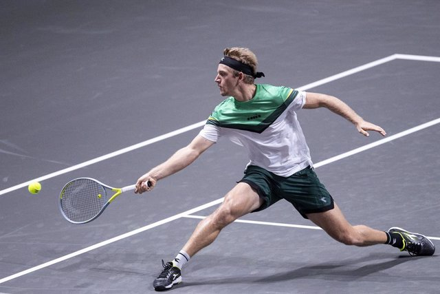 Archivo - 17 October 2020, North Rhine-Westphalia, Cologne: Spanish tennis player Alejandro Davidovich Fokina in action against German Alexander Zverev during their men's semi final tennis match at the ATP tour bett1HULKS Indoors tennis tournament. Photo: