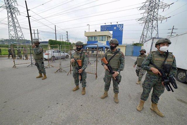 Fuerzas armadas de seguridad se encuentran fuera de la cárcel de Guayaquil.