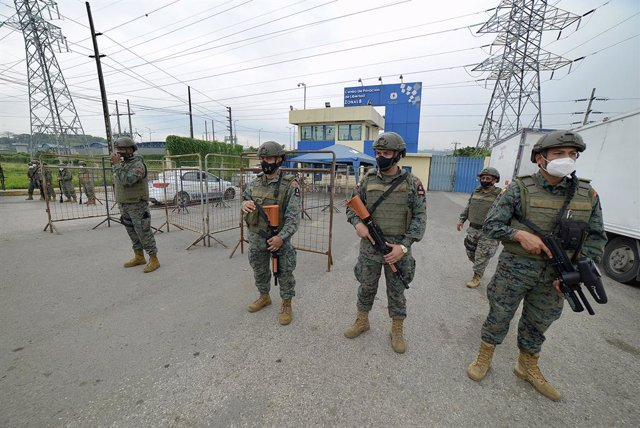 23 February 2021, Ecuador, Guayaquil: Armed security forces stand outside regional detention center No. 8 after a mutiny. At least 50 people have been killed in several prison mutinies in Ecuador, according to police on Tuesday. Photo: Marcos Pin Mendez/d