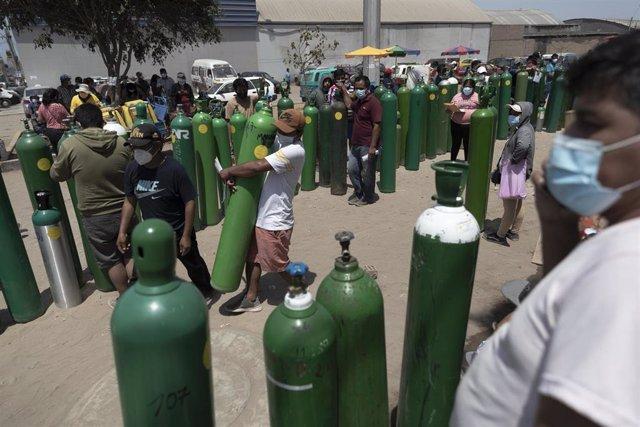 Largas colas para recargar oxígeno medicinal en Lima.