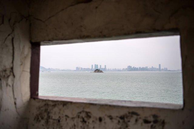 Archivo - Una isla de Taiwán vista desde territorio continental de China
