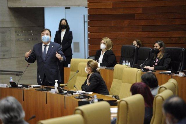 El presidente de la Junta, Guillermo Fernández Vara, en el pleno de la Asamblea