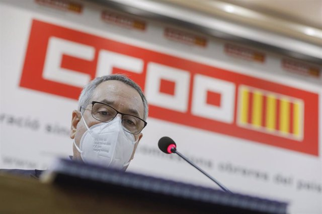El ex secretario general de CCOO PV, Arturo León, atiende a los medios tras su dimisión ante el Consejo Confederal del Sindicato por la polémica de haber recibido la primera dosis de la vacuna contra el Covid-19 a mediados de enero.