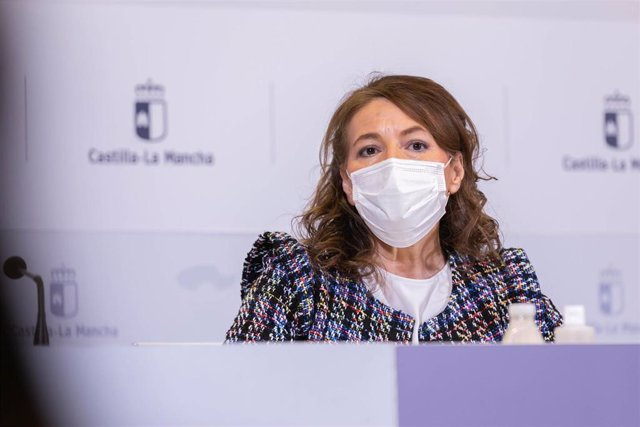 La consejera de Bienestar Social, Aurelia Sánchez, firma el convenio para atender las situaciones de pobreza energética en colaboración con Cruz Roja Castilla-La Mancha.