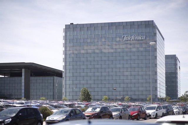 Archivo - Vista exterior del edificio de la sede de Telefónica
