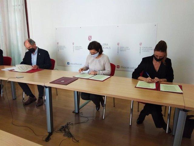 La consellera de Asuntos Sociales y Deportes, Fina Santiago, junto con el presidente de Cruz Roja en Baleares, Antoni Barceló, y la directora general de Atenzia en las Islas, Sílvia Fornés, en la firma del concierto.