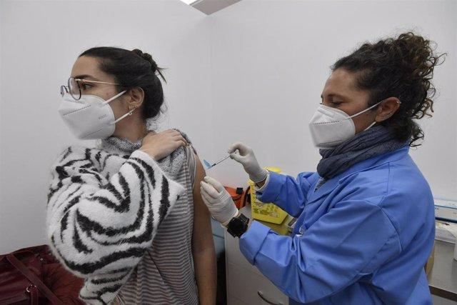 Archivo - Una estudiante de la UMU recibe la primera dosis de la vacuna contra el Covid-19
