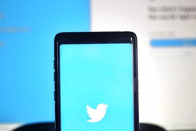 Archivo - Twitter en el móvil