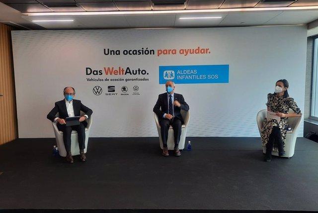Los máximos responsables de Das WeltAuto en Seat y Volkswagen Group España Distribución, Arantxa Esteban (derecha) y Antonio García (izquierda), respectivamente, así como del presidente de Aldeas Infantiles SOS de España, Pedro Puig (centro).