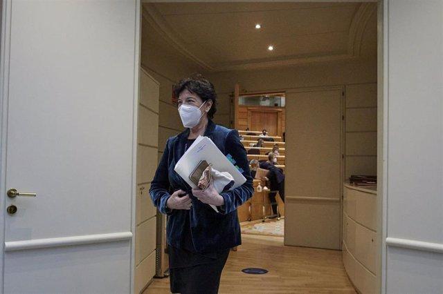 La ministra de Educación, Isabel Celaá, a su llegada a una sesión de control al Gobierno en el Senado