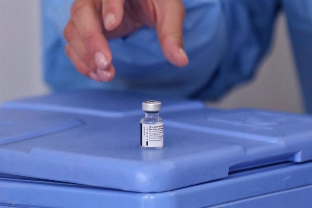 18 February 2021, Colombia, Bogota: A health worker reaches for a dose of Pfizer-BioNtech's Covid-19 vaccine at the start of the vaccination campaign in nine hospitals. A total of 12,582 doses were distributed in the Colombian capital.