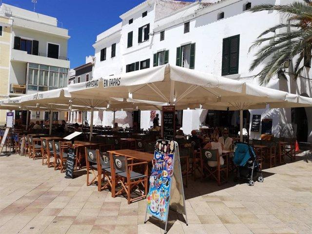 Archivo - Una terraza de un café-restaurante de Ciutadella un día soleado, con sombrillas.