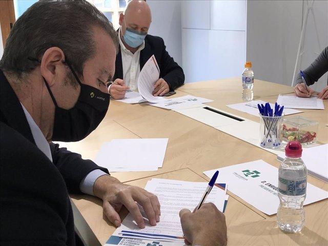 El presidente de Hefame, Enrique Ayuso, rubrica el acuerdo