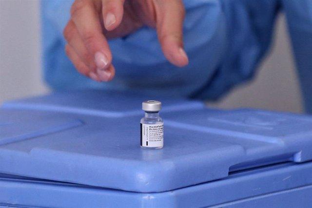 Una sanitaria colombiana coge una dosis de la vacuna contra la COVID-19 en la capital del país, Bogotá.