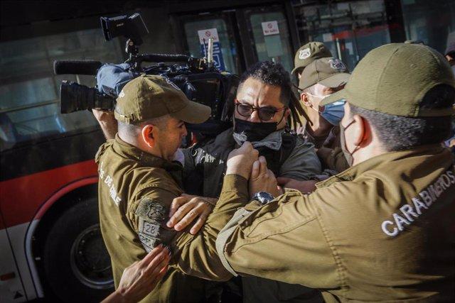 Archivo - Detención de un cámara de CNN Chile por Carabineros durante una protesta estudiantil