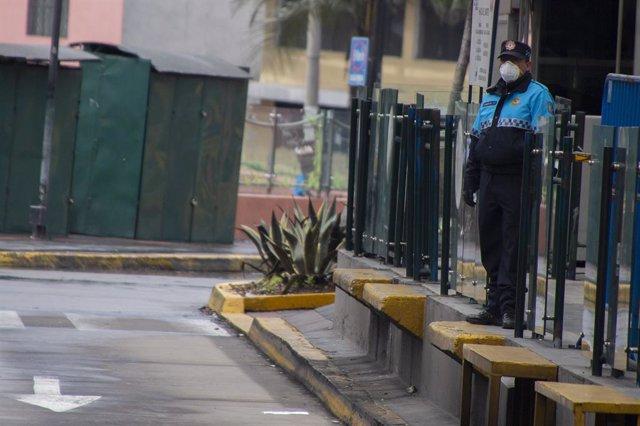 Archivo - Un agente de la Policía de Ecuador durante la cuarentena decretada en el país durante el pasado mes de marzo, en pleno estallido de la pandemia de coronavirus.