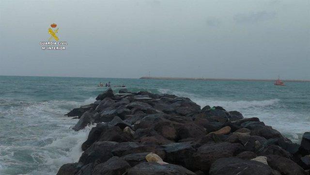 Imagen de las actuaciones en Melilla para recuperar el cadáver de un tunecino que cayó al mar