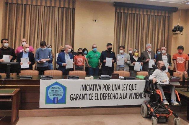 Varios grupos parlamentarios firman el manifiesto que pide garantizar el acceso a la vivienda y regular los precios de los alquileres.