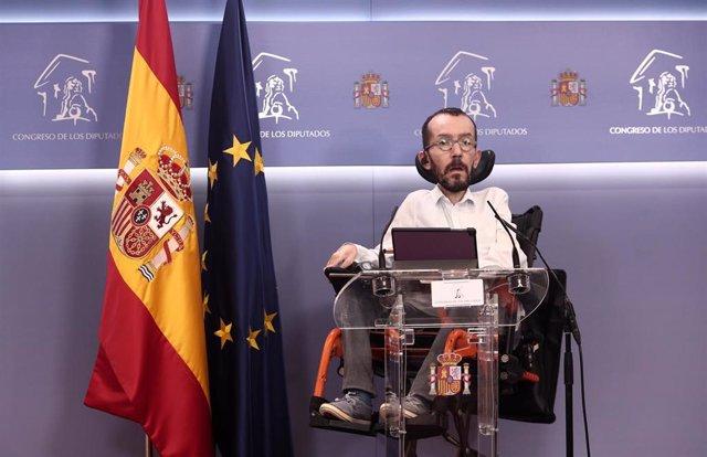 El portavoz de Unidas Podemos en el Congreso, Pablo Echenique, interviene en una rueda de prensa posterior a una reunión con los colectivos, sindicatos y movimientos sociales firmantes de la 'Iniciativa por una Ley que garantice el Derecho a la Vivienda'