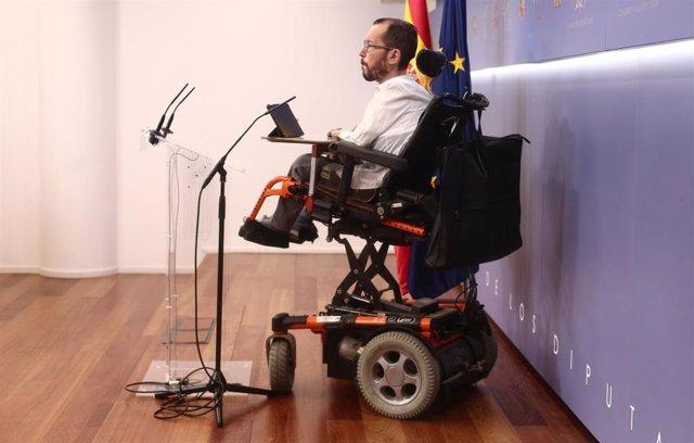 El portavoz de Unidas Podemos en el Congreso, Pablo Echenique, interviene en una rueda de prensa en el Congreso
