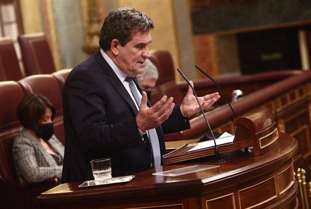 El ministro de Inclusión, Seguridad Social y Migraciones, José Luis Escrivá, interviene durante una sesión plenaria en el Congreso de los Diputados , en Madrid (España), a 18 de febrero de 2021. El pleno tiene lugar un día después de las manifestaciones o