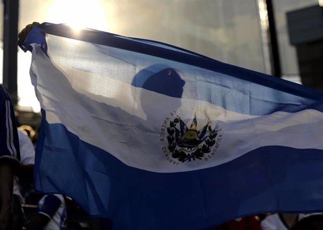 Archivo - Imagen de archivo de una bandera de El Salvador.