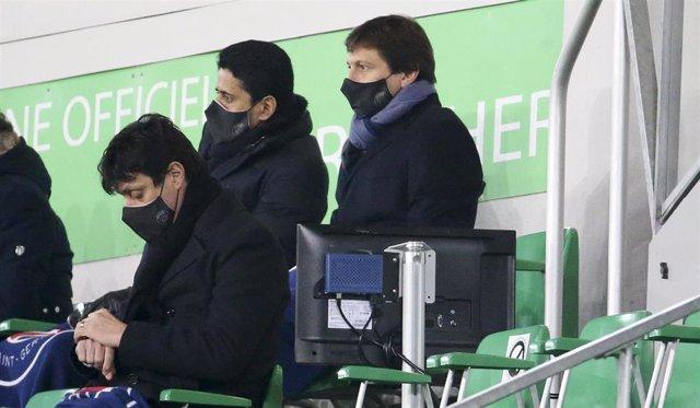 Archivo - Leonardo junto a Nasser Al-Khelaïfi durante un partido del PSG