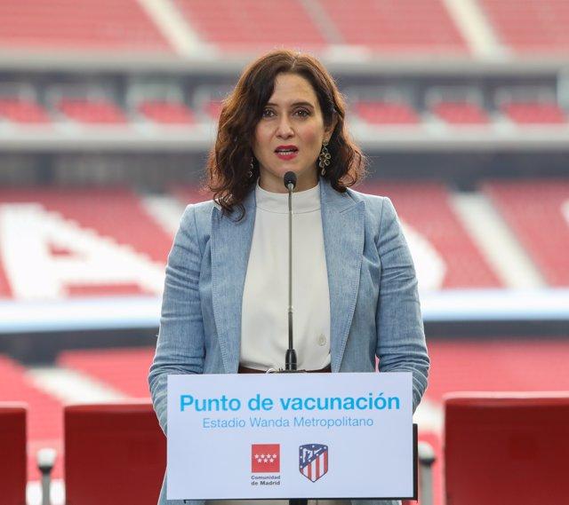 La presidenta de la Comunidad de Madrid, Isabel Díaz Ayuso interviene durante su visita al punto de vacunación contra el Covid-19 puesto en marcha en el Estadio Wanda Metropolitano
