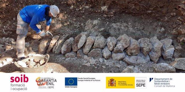 Archivo - El Consell imparte formación a jóvenes en la técnica de construcción de 'pedra en sec'.