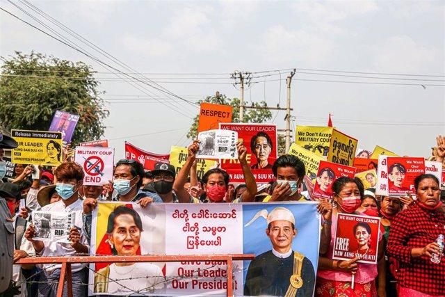 Manifestación en la ciudad de Mandalay contra el golpe de Estado en Birmania