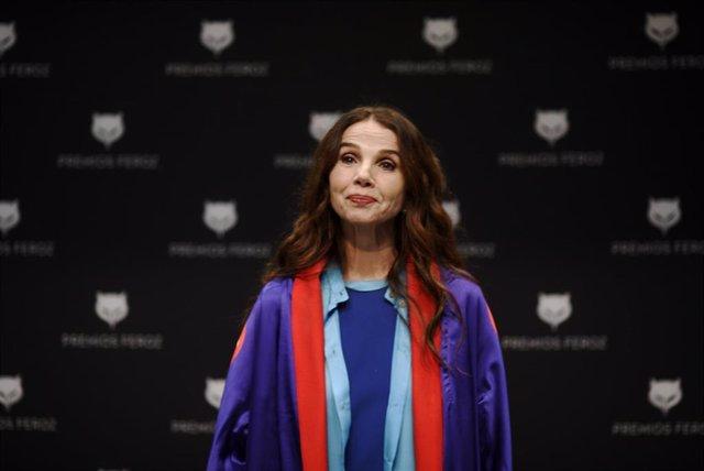La actriz y cantante, Victoria Abril posa antes de una rueda de prensa en el Auditorio del Centro de Arte de Alcobendas en Madrid (España), a 25 de febrero de 2021. Victoria Abril recibió el Premio Feroz de Honor 2021 el pasado mes de enero, en reconocimi