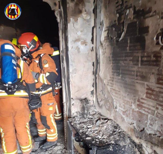 Bomberos trabajando en la extinción del incendio en Montserrat